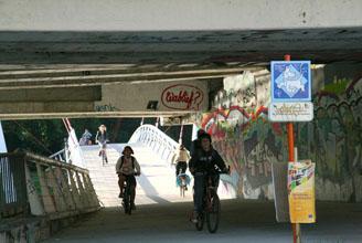 fietsers komende van de fietsbrug aan het Keizerspark, 23 juni 2010 07u56, Fietsbult