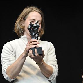 Marie Smekens met beeldje Prijs Jaap Kruithof van Frans Wuytack
