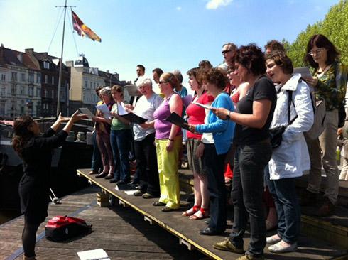 Vrijwilligerskoor o.l.v. Karibu-dirigente Anna Pardo Canedo – Repetitie-optreden - 19 mei 2012 – Rodetorenkaai (Gent)